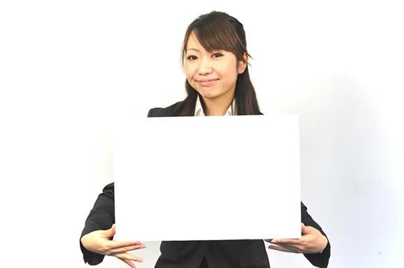 プラカードを掲げる女性