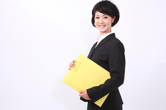 黄色い封筒を持つ女性
