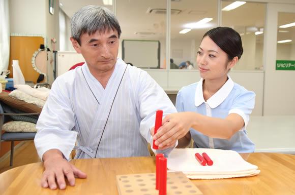 「介護福祉士」として2つの施設で働いた仕事内容、勤務体制やそれぞれの良い所