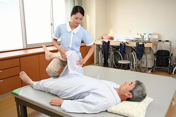 就職に有利な「介護福祉士」の資格取得で、様々な介護の知識や技術を身につける