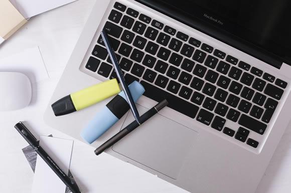 ノートパソコンと筆記用具