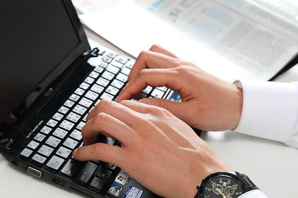 パソコンをカタカタする幹事