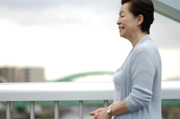 川沿いを歩く女性