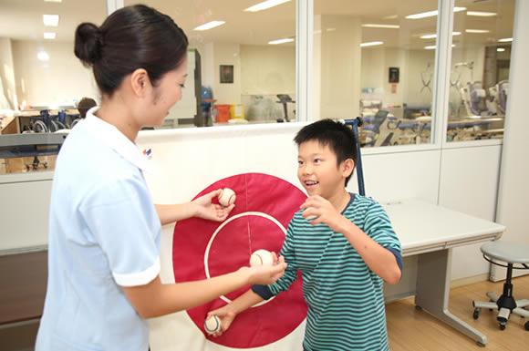子供と遊ぶ介護士