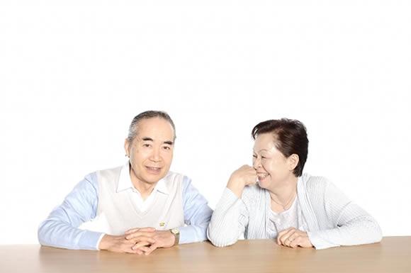 二人で話し合う老夫婦
