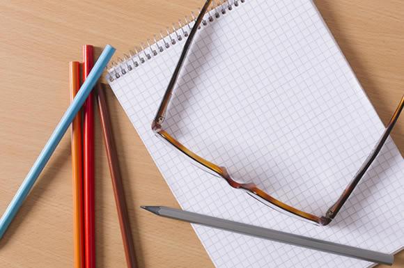 眼鏡とノートと筆記用具