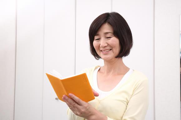 本読む女性