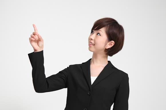 指を突き立てる女性