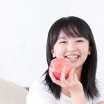 リンゴを持った女性