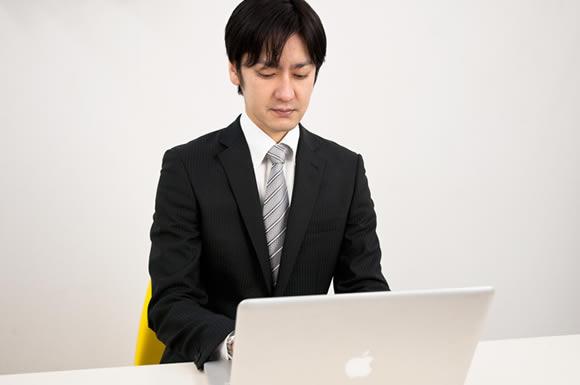 パソコン見る男性