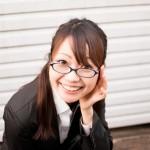 眼鏡で見上げる女性