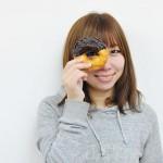 ドーナツを見せる女性