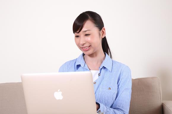 アップル見る女性