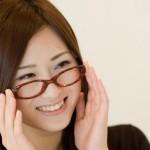 眼鏡をかける女性