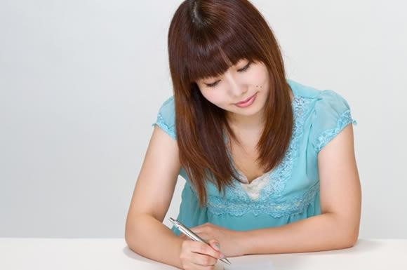 ペンを持った女性