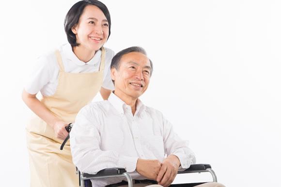 介護士と車いすの男性