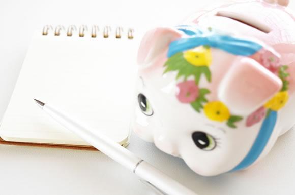 貯金箱とメモ帳の画像