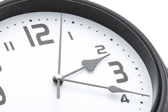 夜勤の時刻を示す時計
