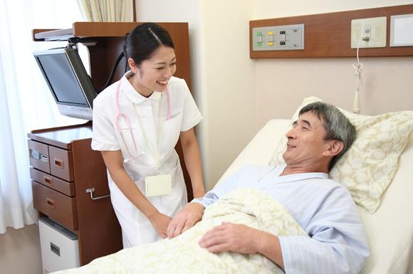 介護士と利用者が話している光景
