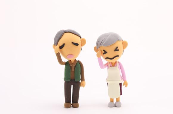 頭を抱える高齢者