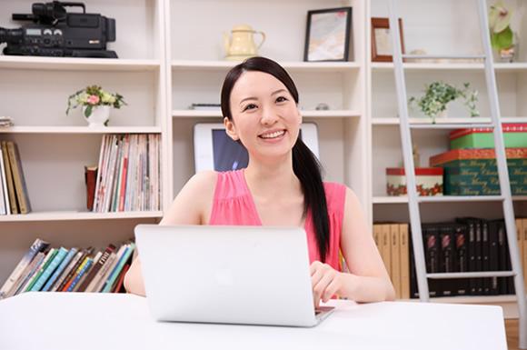 ノートパソコンをさわる女性