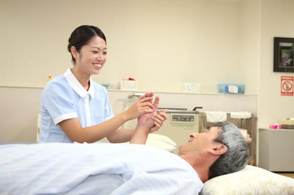 寝たきりの利用者の着替えの正しい方法とコツ!介護士の更衣介助の注意点とは