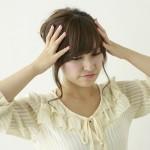 突然の人事異動に悩む女性