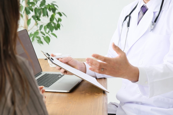 医師の診断を受ける人
