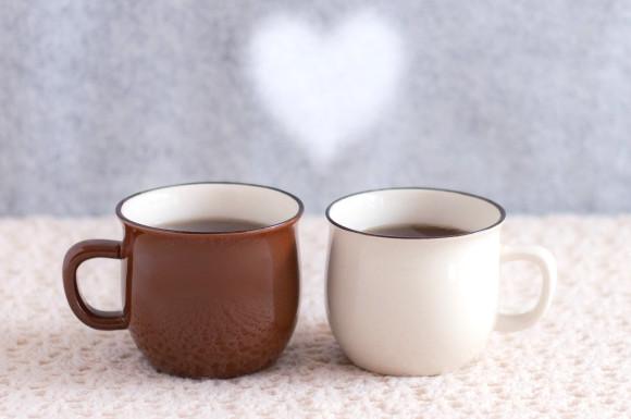 二つのマグカップとハート